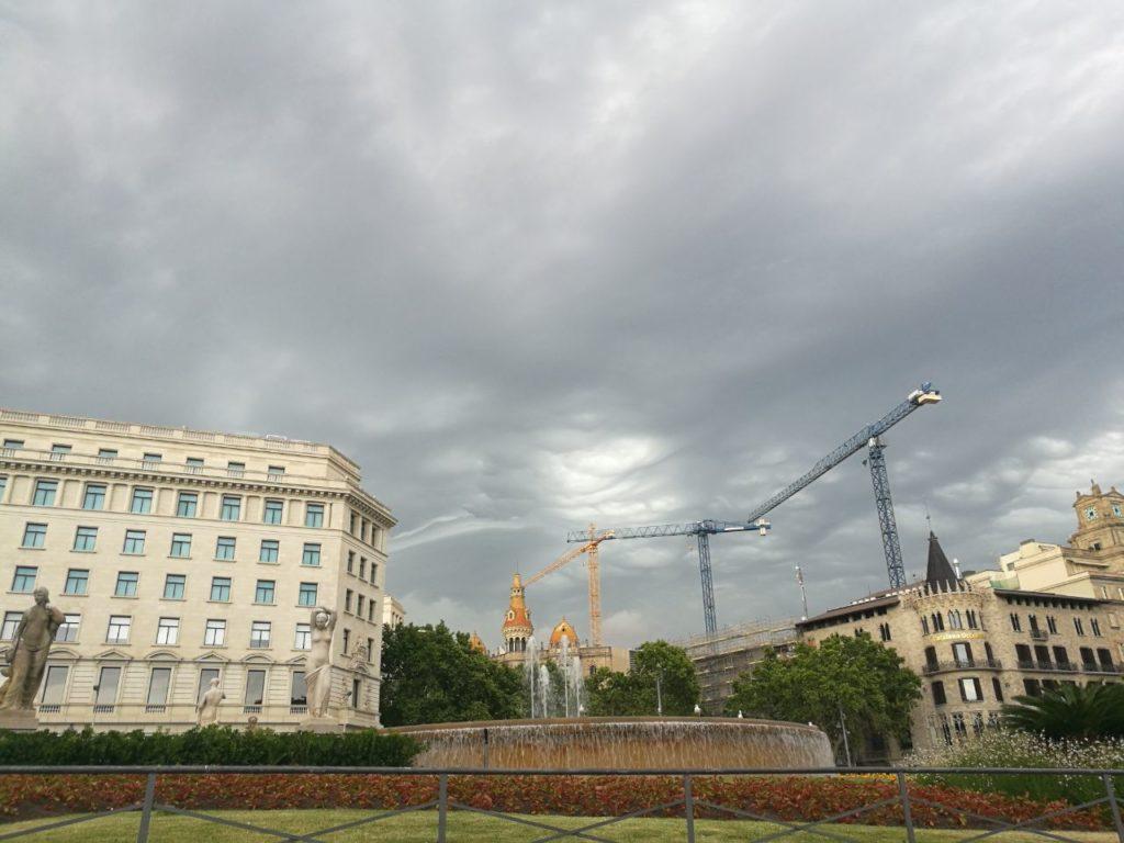 Núvols a la plaça de Catalunya.