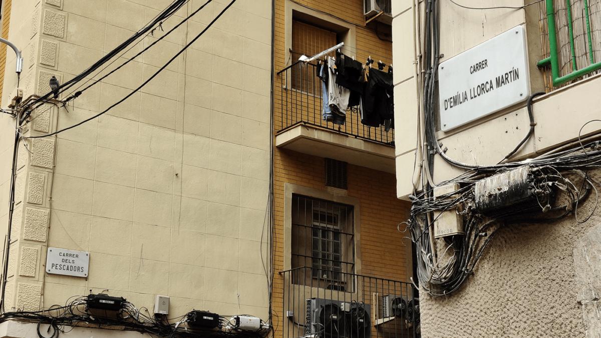 Cantonada entre el carrer dels Pescadors i el carrer d'Emília Llorca Martín, a la Barceloneta
